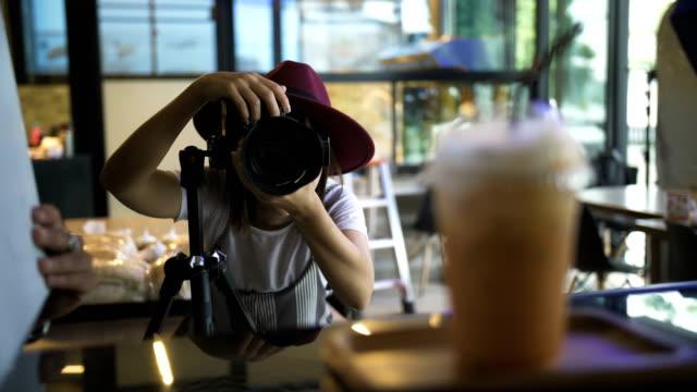 プロのカメラで美しい写真家若い - ビフォーアフター点の映像素材/bロール