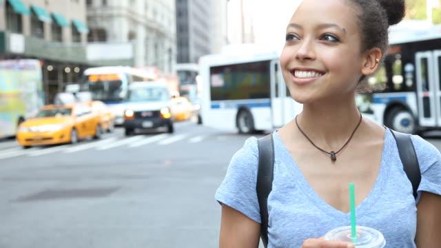 junge schöne teenager nehmen sie eine auszeit - nordamerika stock-videos und b-roll-filmmaterial
