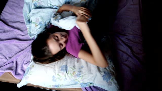 Mooie jonge vrouw en haar hond spelen in bed