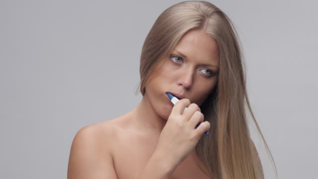 若くてきれいな女性を磨く歯。人々 は目を覚ます。シリーズの部分。 - 歯みがき点の映像素材/bロール