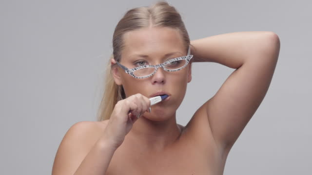 Ung vacker kvinna borsta tänderna. Människor att vakna upp. Del av serien.