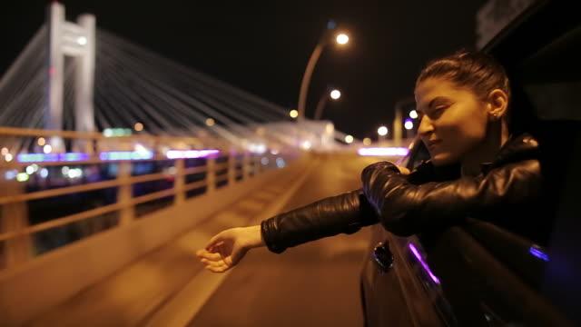 vídeos y material grabado en eventos de stock de joven bella mujer disfruta el viaje en automóvil. - imagination