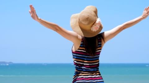 トロピカルビーチで楽しんで若い美しい女性 - ほっそりした点の映像素材/bロール