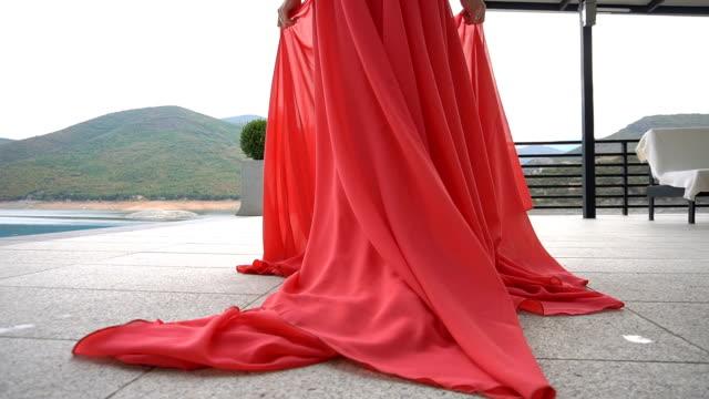 赤いドレスを着た若い美しい女性 - 赤のドレス点の映像素材/bロール