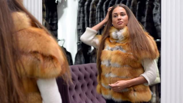 若い美しい女性に洋服では創り出せる限りのモールがございます。 - 毛皮のコート点の映像素材/bロール
