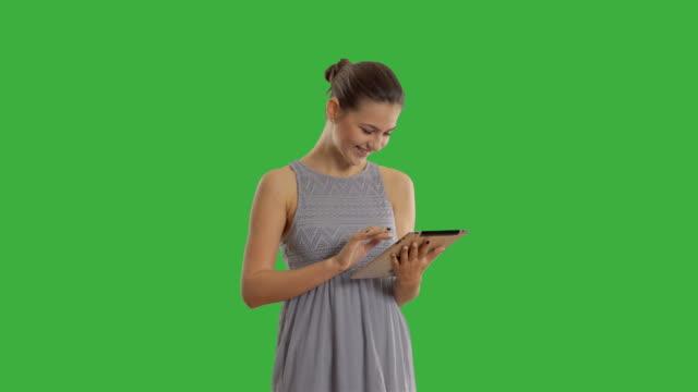 Junge schöne Frau mit tablet-computer auf der