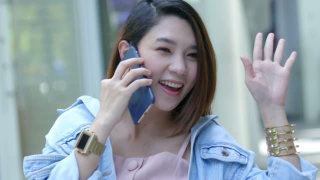 電話、こんにちは記号を使用して若い美しい女性 - 振る点の映像素材/bロール