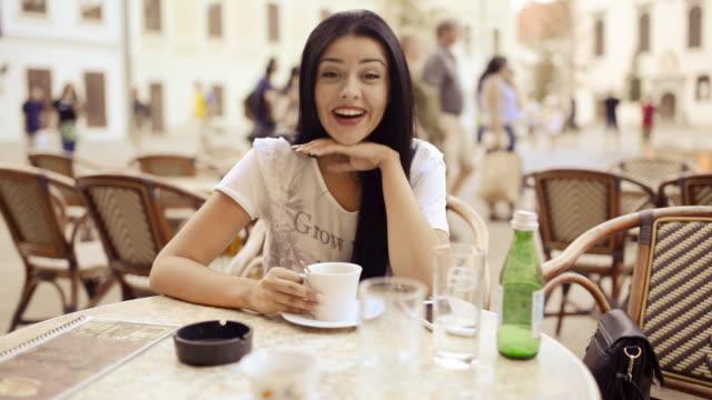 Junge Schönheit Frau Freund am Tisch anhören.