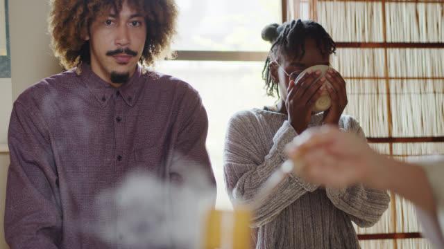 vídeos y material grabado en eventos de stock de joven pareja negra en japón en la ceremonia del té - sado
