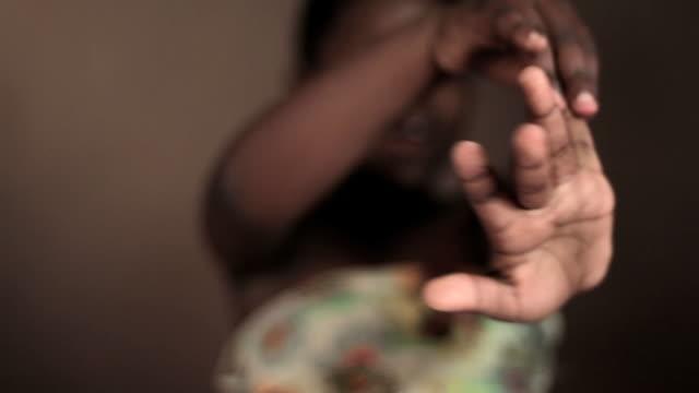 stockvideo's en b-roll-footage met young black girl counts to five - menselijke vinger