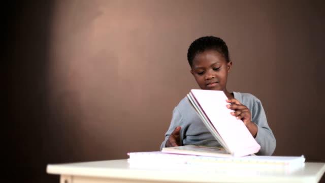 young black girl reading books - endast flickor bildbanksvideor och videomaterial från bakom kulisserna