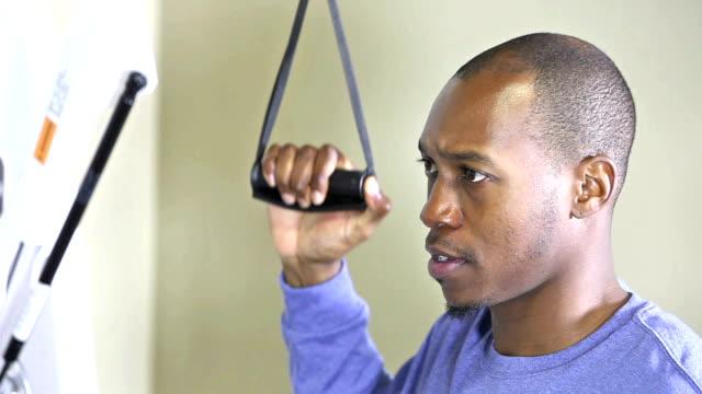 vídeos de stock, filmes e b-roll de jovem negro fazendo fisioterapia no braço ou no ombro - physical injury