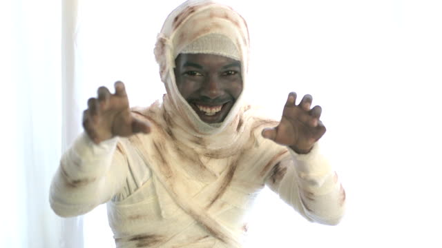 vidéos et rushes de jeune homme noir portant costume momie - fantasmagorie