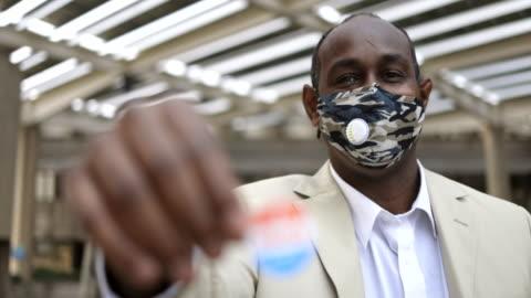 young black man med jag röstade sticker - röst bildbanksvideor och videomaterial från bakom kulisserna