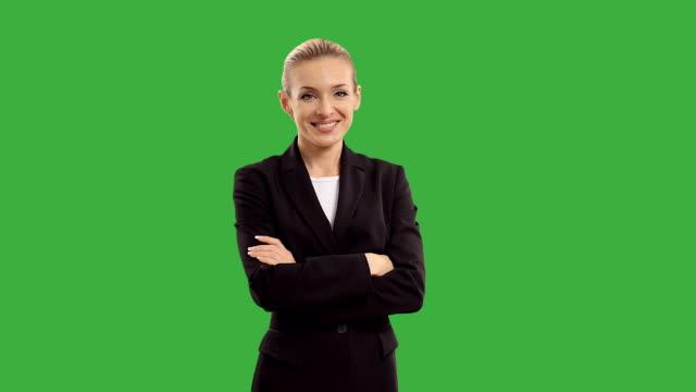 jungen blonden geschäftsfrau kreuzt seine arme auf grünen bildschirm - anzug stock-videos und b-roll-filmmaterial