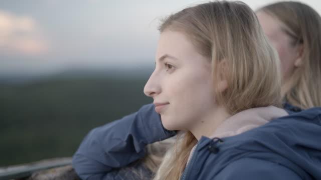 Ung blond kvinna ser ut över horisonten