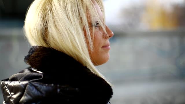 若い金髪の女性のクローズアップ歩いております。