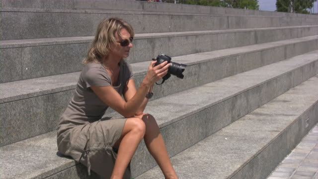 vídeos de stock, filmes e b-roll de jovem loira fêmea fotógrafo - só mulheres jovens