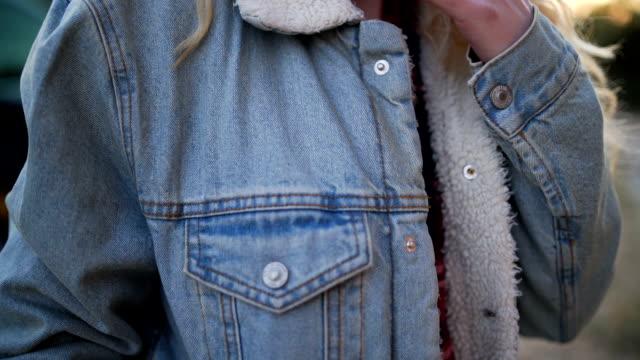 unga blonda kvinnan rökning cigarett utomhus - missbrukare av droger bildbanksvideor och videomaterial från bakom kulisserna