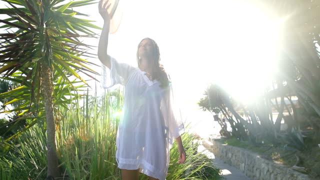 junge blonde frau unter palmen - tropisch stock-videos und b-roll-filmmaterial