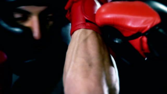 vídeos y material grabado en eventos de stock de jóvenes boxeadores luchando en la caja de cierre de tiro - cámara de aislamiento con guantes