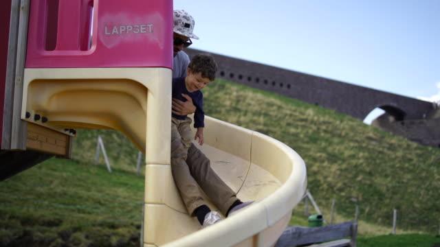 vídeos y material grabado en eventos de stock de padre y niño bajar diapositiva - tobogan