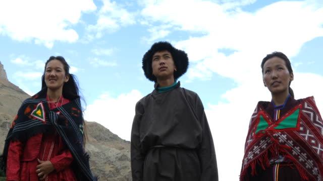 Jongen en meisjes in traditionele kleding afscherming van de ogen