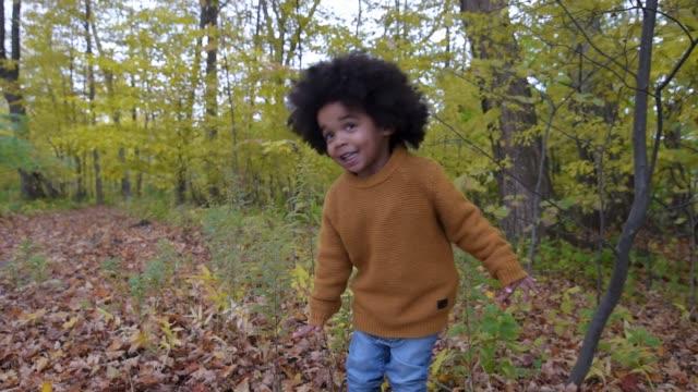 young boy balancing on log. - auf einem bein stock-videos und b-roll-filmmaterial
