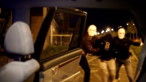 vidéos et rushes de jeune garçon été traîné dans la voiture - enlever