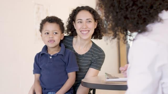 若い男の子は、健康診断を取得 - 小児科医点の映像素材/bロール