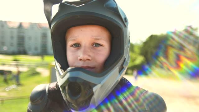 hd :young boy は bmx 服 - ロンドン ストラトフォード点の映像素材/bロール