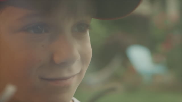 a young boy in cap smiling with baseball glove - 男の子点の映像素材/bロール
