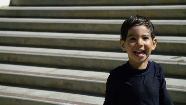 若い男の子は階段からジャンプします。 - サンダル点の映像素材/bロール
