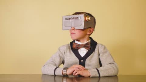 vídeos y material grabado en eventos de stock de niño nerd con casco de realidad virtual casera - anticuado