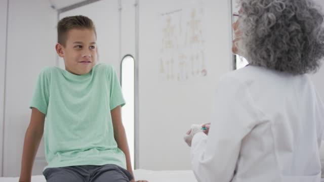 Kleiner Junge am Untersuchungstisch