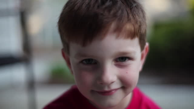 vídeos de stock e filmes b-roll de a young boy playfully dances for the camera. - criancas