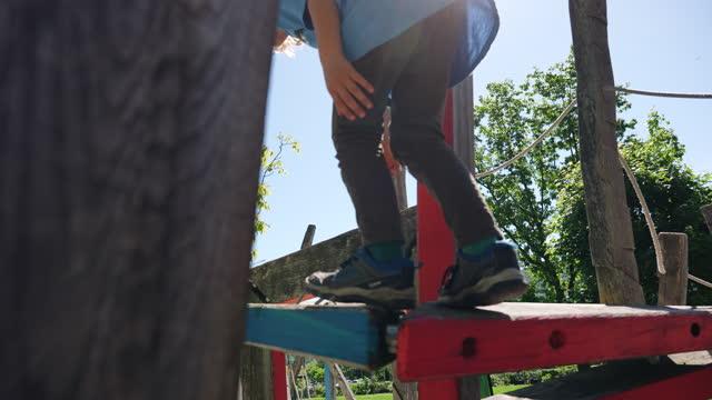 vídeos y material grabado en eventos de stock de niño jugando en el patio de recreo, sonriendo a la cámara - menos de diez segundos