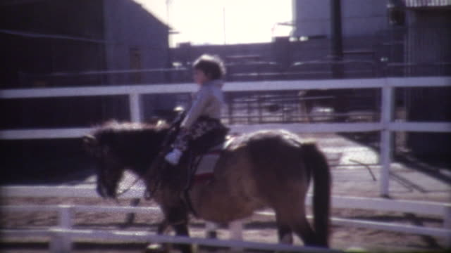 vidéos et rushes de jeune garçon pony 1972 - petits garçons