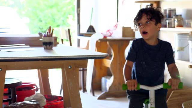 vídeos y material grabado en eventos de stock de ts young boy riding bike around garage - garaje