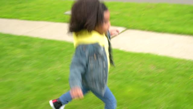 vídeos de stock, filmes e b-roll de young boy running in yard. - brincadeira de pegar