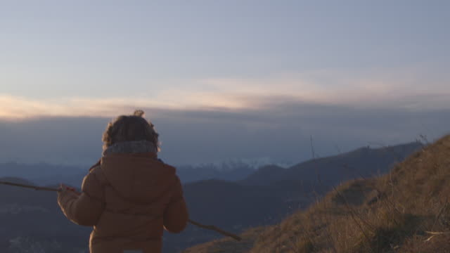 vídeos y material grabado en eventos de stock de young boy runs in slow motions towards sunset - historia