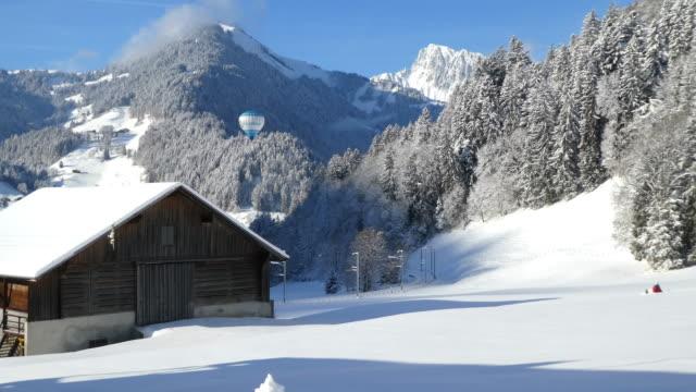 vidéos et rushes de jeune garçon marchant dans la neige dans un beau paysage. - alpes suisses
