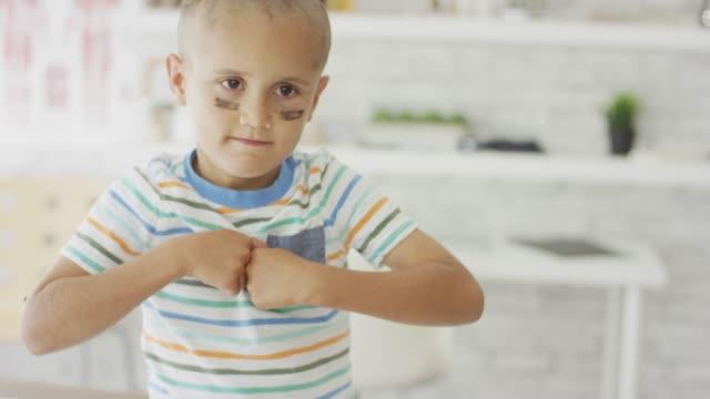 """vídeos de stock, filmes e b-roll de jovem com câncer dando sua cara de """"lutar"""" - infância"""