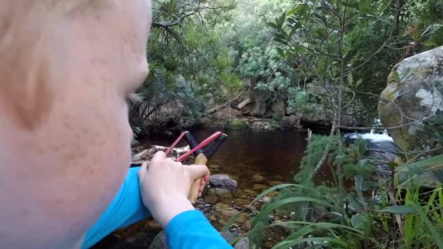vídeos de stock e filmes b-roll de young boy with katty - pequeno lago