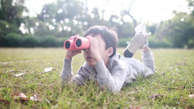 stockvideo's en b-roll-footage met jongen met telescoop. - alleen jongens