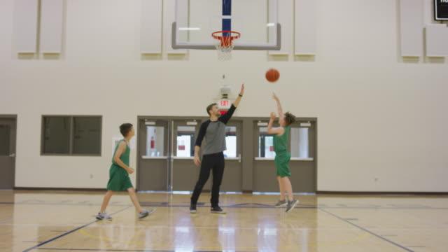 vidéos et rushes de pratique du basket-ball garçons - 12 13 ans