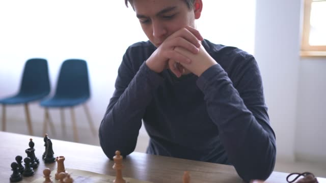 チェスのゲームをする少年 - 余暇 ゲームナイト点の映像素材/bロール