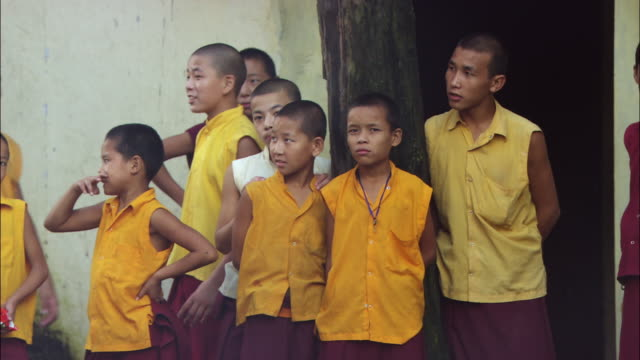 young boys stand in front of the lama tenzin orphanage. available in hd. - waisenhaus stock-videos und b-roll-filmmaterial