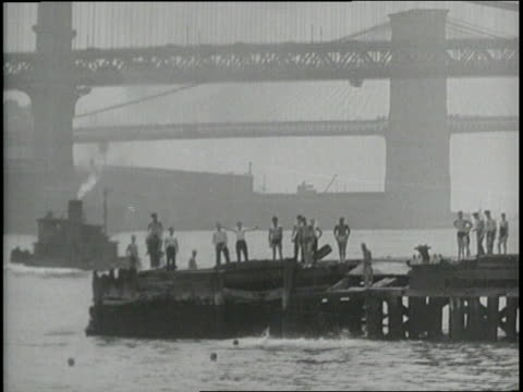vídeos de stock, filmes e b-roll de young boys swim in the east river in manhattan - manhattan bridge