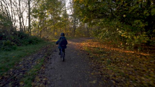 vídeos de stock e filmes b-roll de young brothers cycling - trilho
